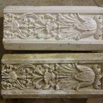Gereinigte (oben) und ungereinigte (unten) Ofenkachel mit Relief